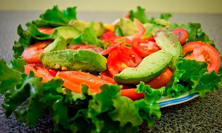 Ensalada de aguacate con tomate