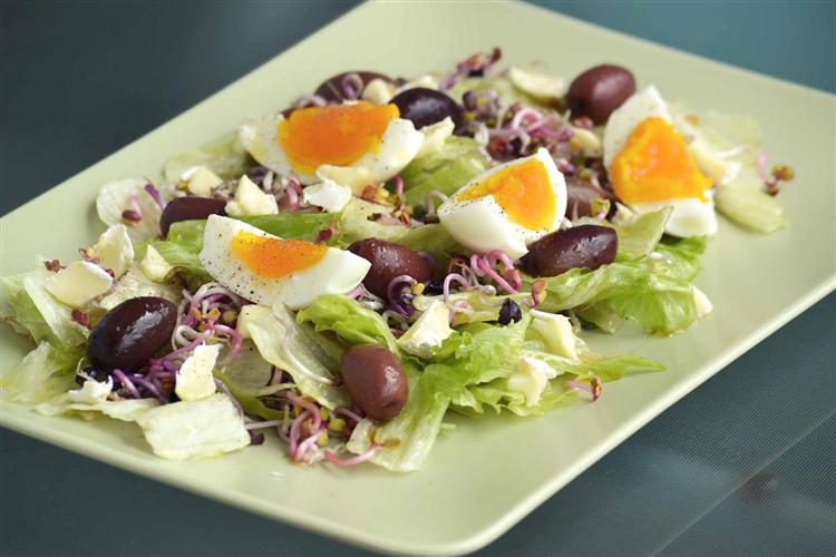Ensalada con huevo y brotes de soja