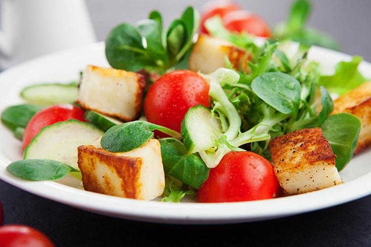 Ensalada de espinacas y tofu salteado
