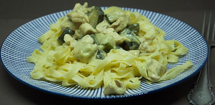 Tallarines con pollo al curry