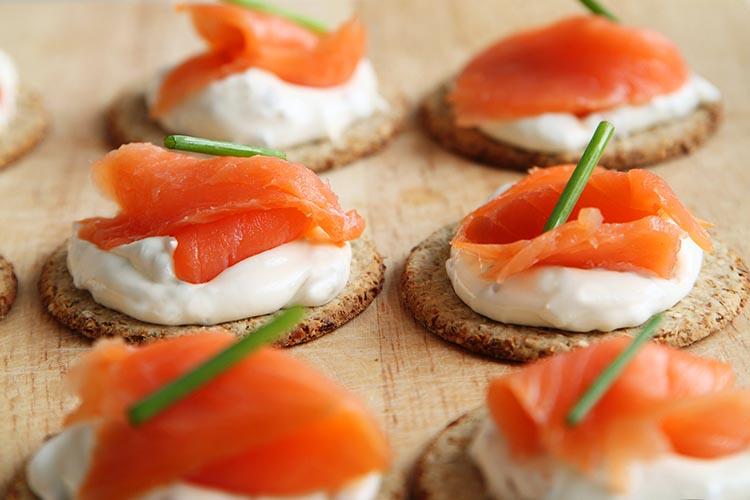 Canapés de salmón ahumado y queso