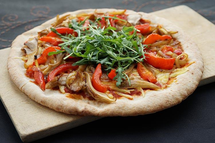 Pizza vegana de alcachofa y rúcula